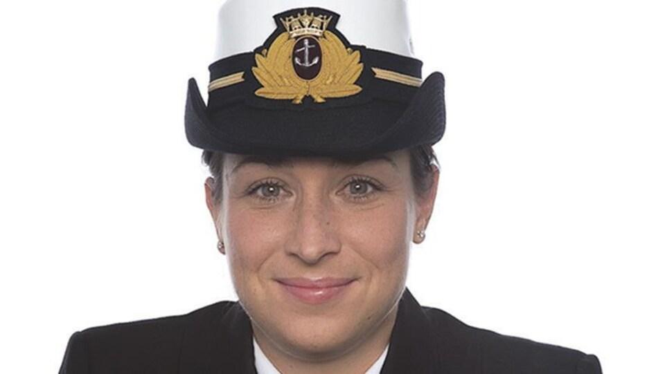 Mélanie Leblanc sourit à la caméra en uniforme.
