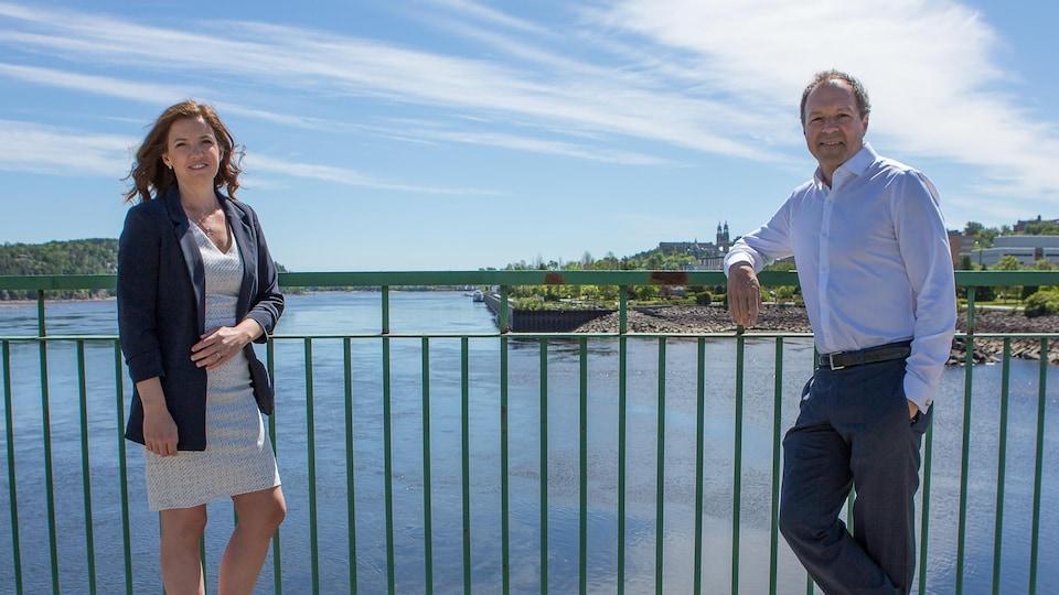 Mélanie Patry et Jean-François Coulombe devant la rivière Saguenay.