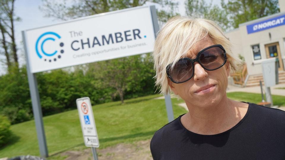 Mélanie Verreault pose devant la Chambre de commerce de Timmins.