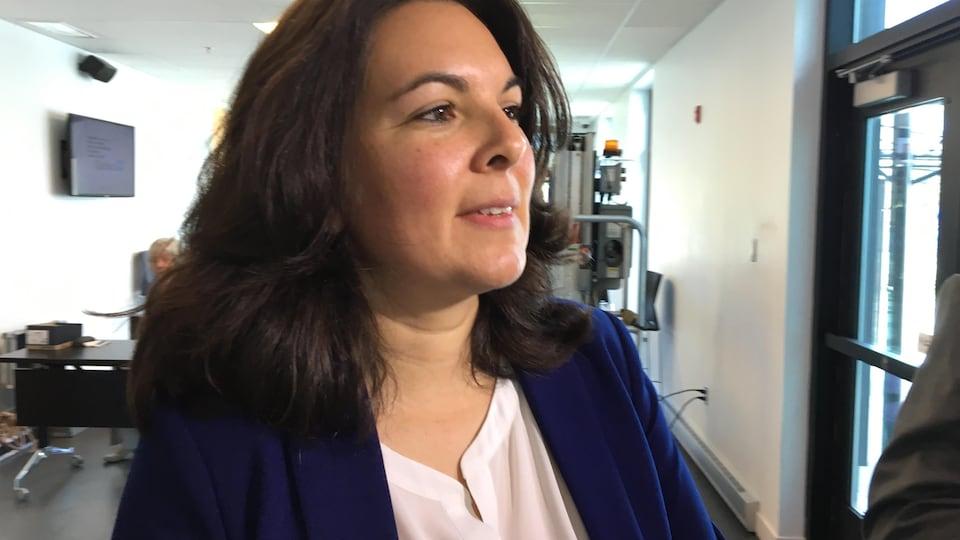 La directrice des relations Cris-Québec au Grand Conseil des Cris, Melissa Saganash, devant les journalistes à la sortie de l'audience de la Commission sur les relations entre les autochtones et certains services publics (CERP)