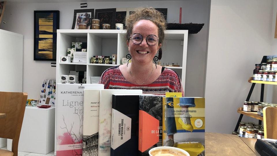 L'autrice Mélissa Verreault avec une série de livre en avant-plan
