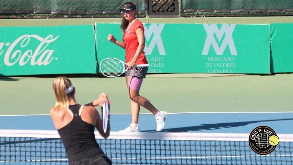 Une joueuse de tennis célèbre pendant un match