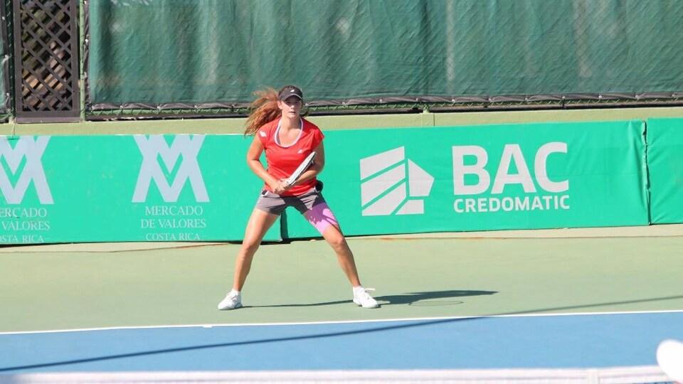 Une joueuse de tennis en attente d'un service.