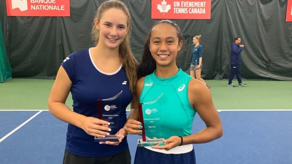 Mélodie Collard et Leylah Annie Fernandez prennent la pose avec un trophée.