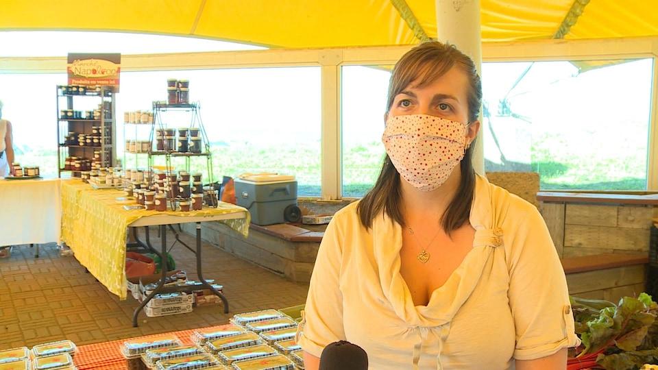 Mélodie D'Anjou porte une masque au marché public de Sept-Îles.