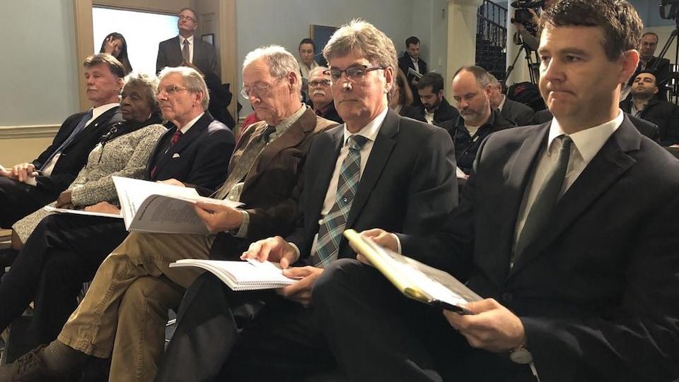 Membres de la Commission à l'Assemblée législative.
