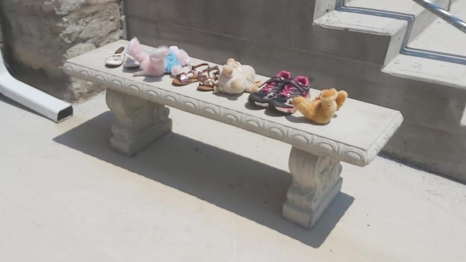 Des chaussures sur un banc.