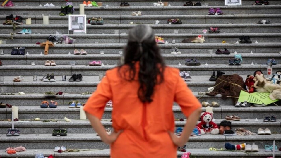 Un citoyen regarde le mémorial érigé à Vacouver à la suite du scandale des pensionnats de Kamloops.