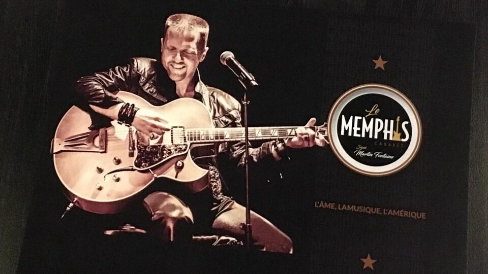 Une affiche où Martin Fontaine joue de la guitare et sourit.