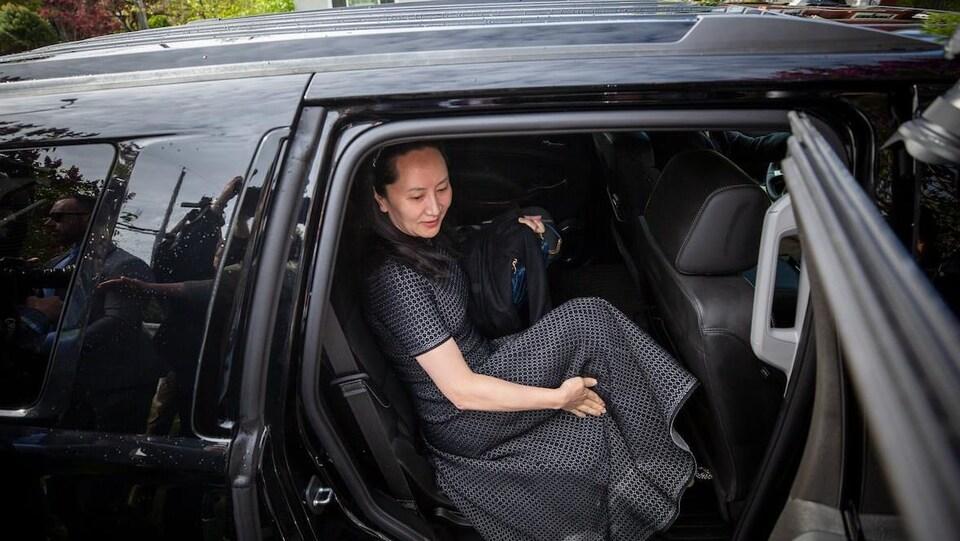 Meng Wanzhou monte dans une voiture.