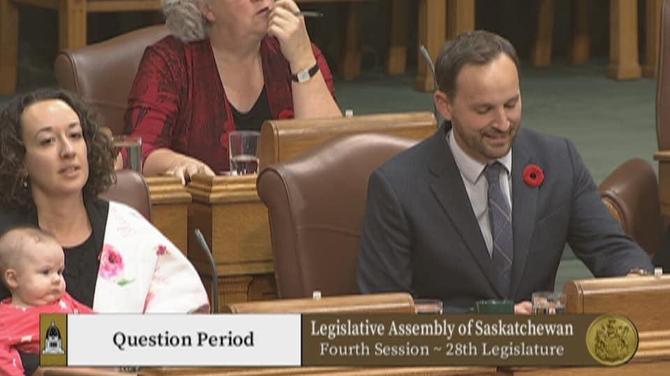 Nicole Sarauer et son bébé à l'Assemblée législative.