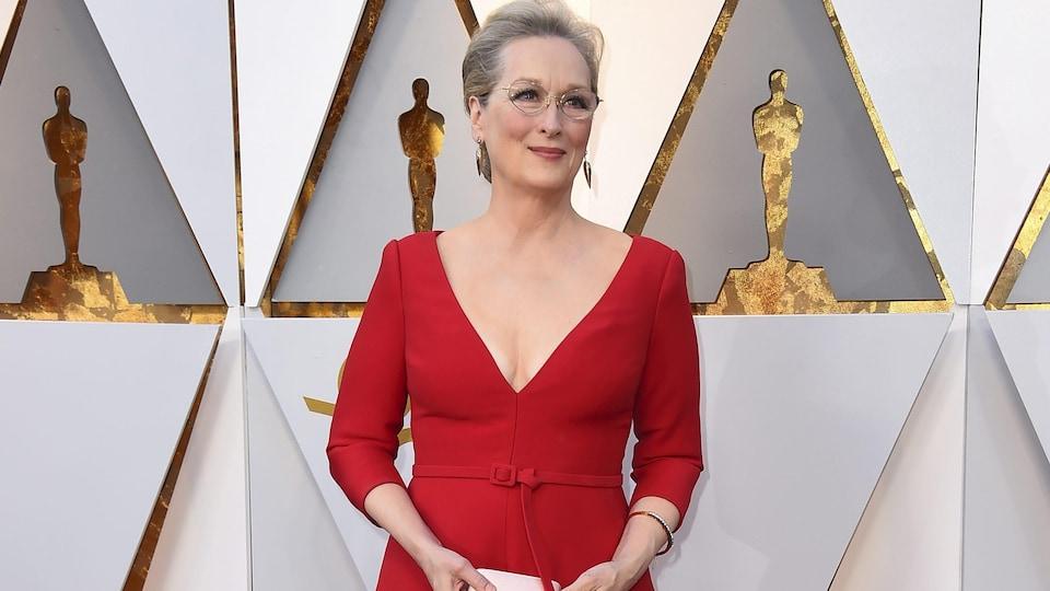 L'actrice Meryl Streep, dans une robe rouge, prend la pose sur le tapis rouge des Oscars 2018.