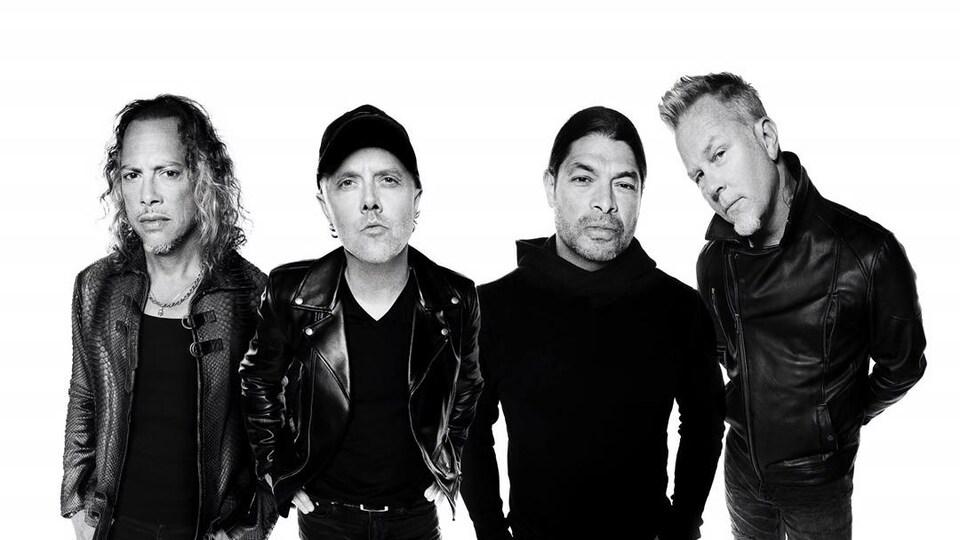 Les quatre membres du groupe prennent la pose sur une photo en noir et blanc.