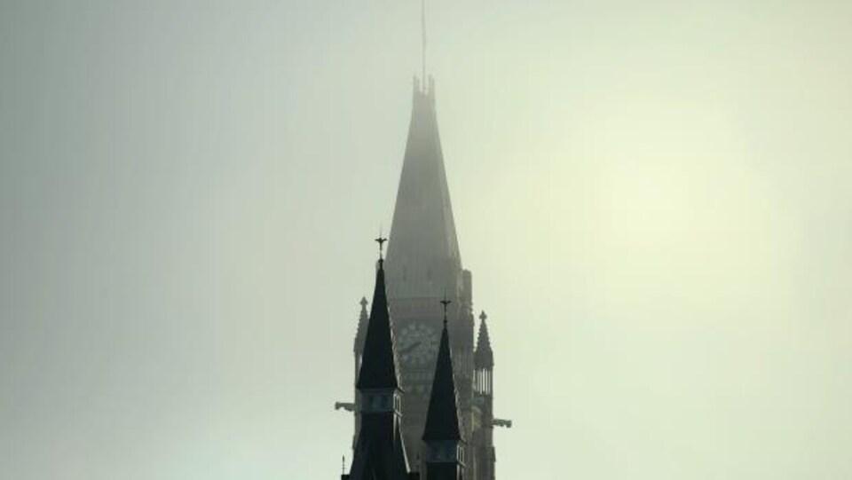 Le Parlement dans le brouillard à Ottawa.