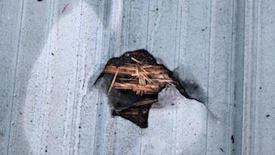 Un trou dans une toiture.
