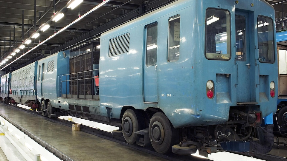 Un système de plusieurs wagons assemblés ensemble.