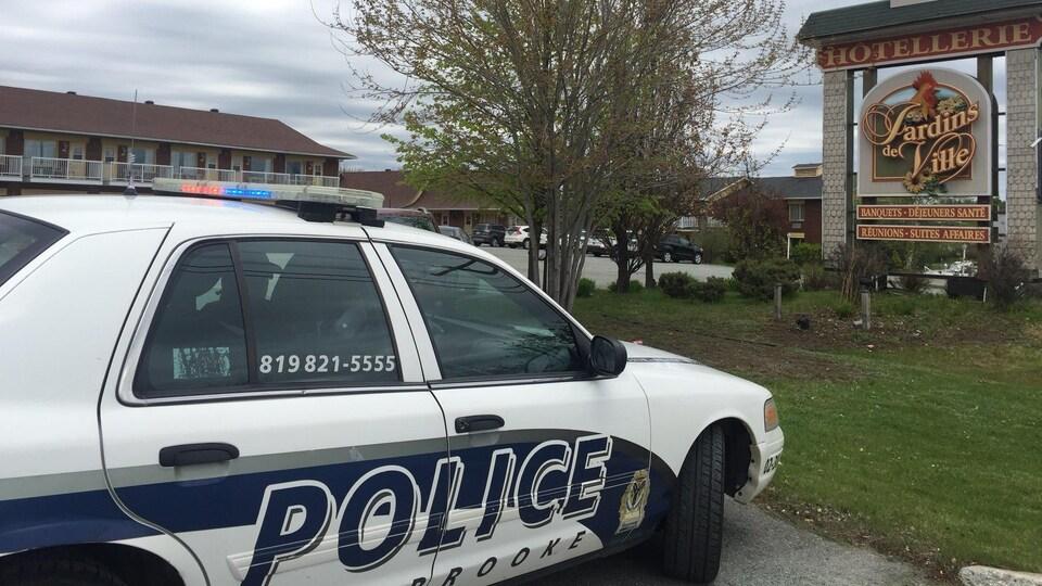 Une voiture de police devant l'Hôtellerie Jardins de ville de Sherbrooke