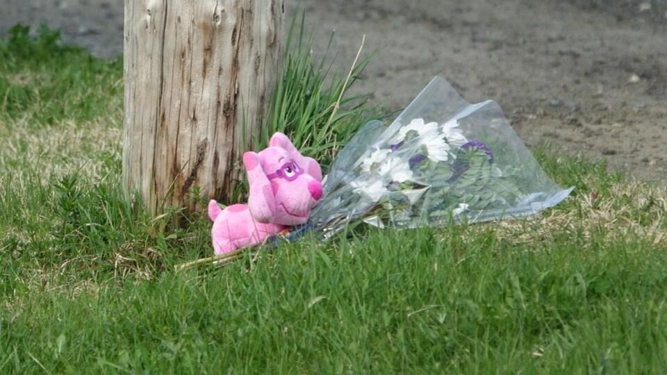 Des fleurs et un toutou ont été déposés près de la résidence où un homme et un enfant ont été tués par balle samedi à Listuguj.