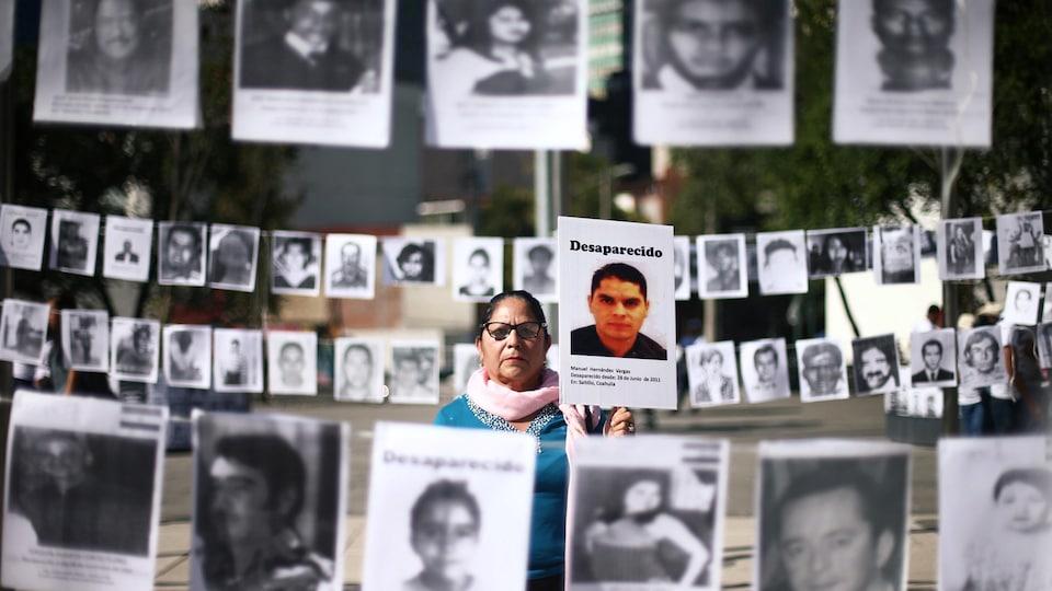 À Mexico, Maria Cristina tient une photo de son fils Manuel, elle et d'autres mères réclament justice pour leur enfant disparu.