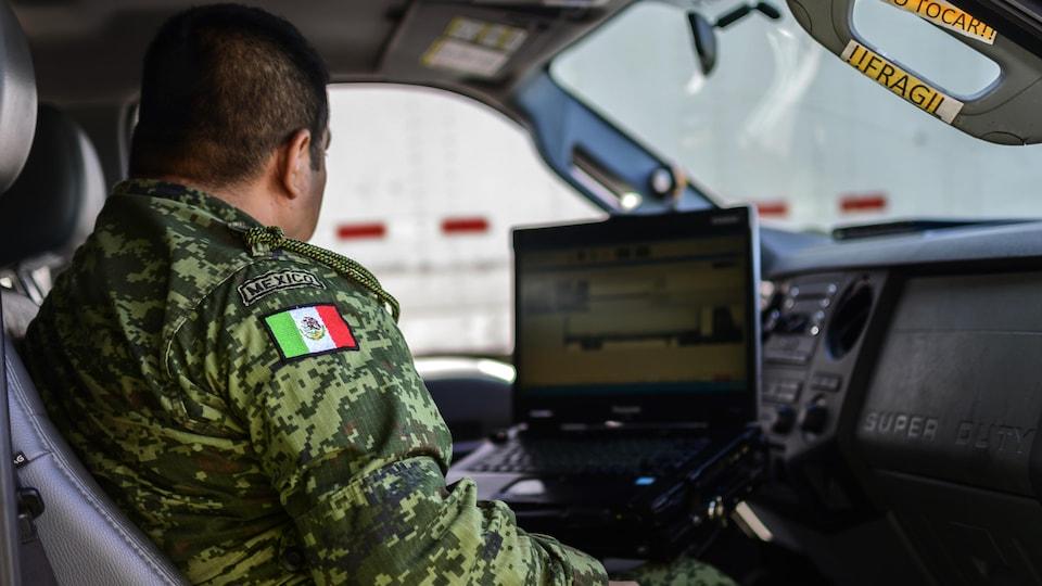 Un militaire mexicain se sert d'un appareil aux rayons gamma pour détecter les migrants clandestins à Tapachula, dans l'État du Chiapas.