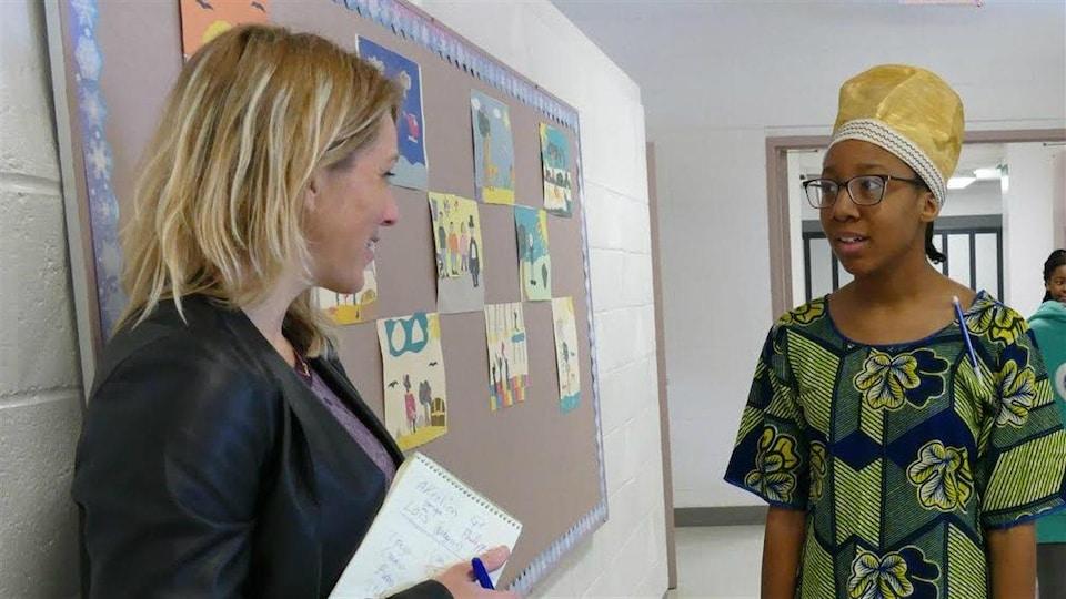 Miatta Dukuly discute avec Geneviève Murchison