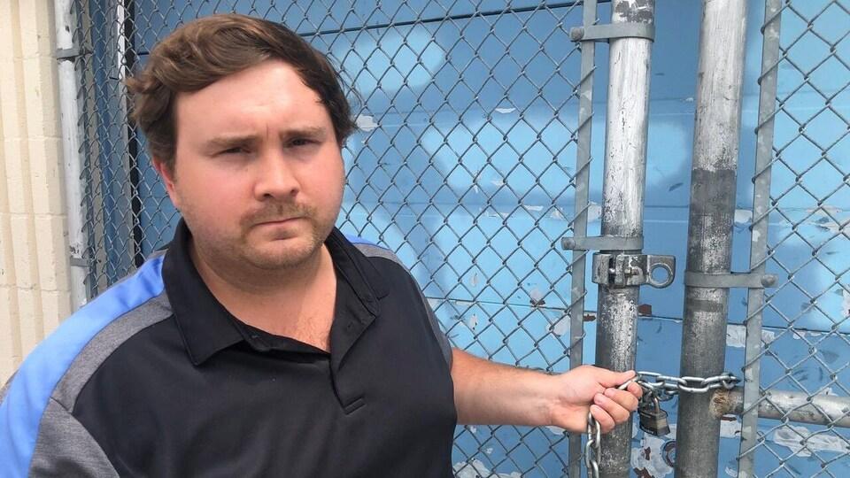 Le conseiller Michael Ford se tient près de la clôture fermée à l'entrée de la patinoire.