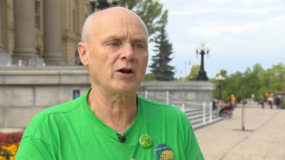 Plan moyen de Michael Kalmanovitch en entrevue devant l'Assemblée législative à Edmonton.