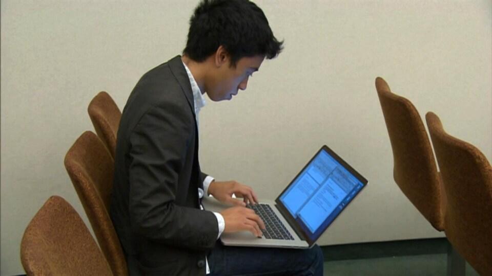 Michaël Nguyen travaille à l'ordinateur.