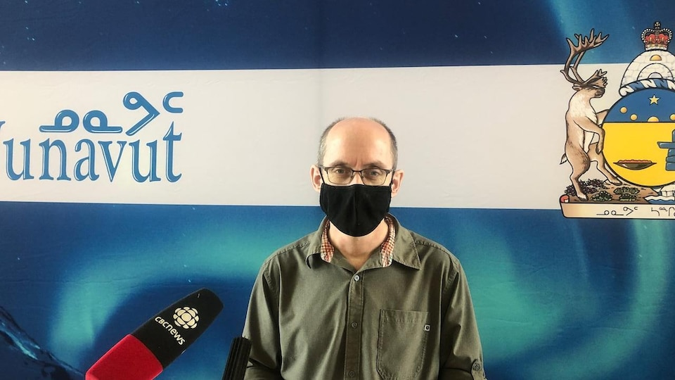 Le Dr Michael Patterson porte un masque pendant une conférence de presse.