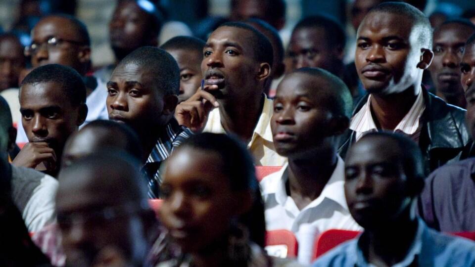 Des étudiants rwandais écoutent attentivement un discours de Michaëlle Jean.