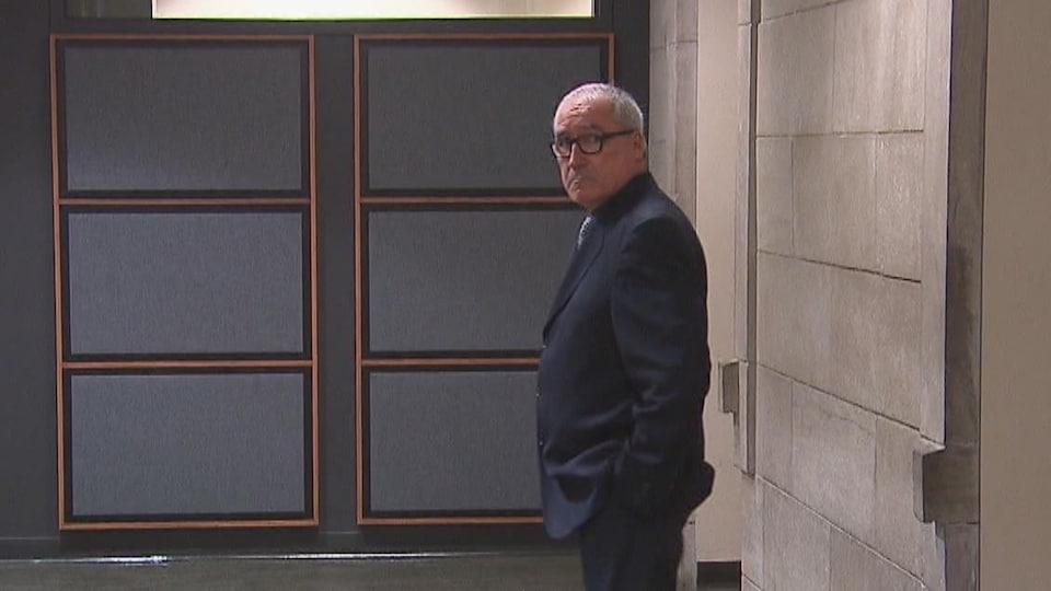 Michel Bernard dans le corridor du palais de justice.