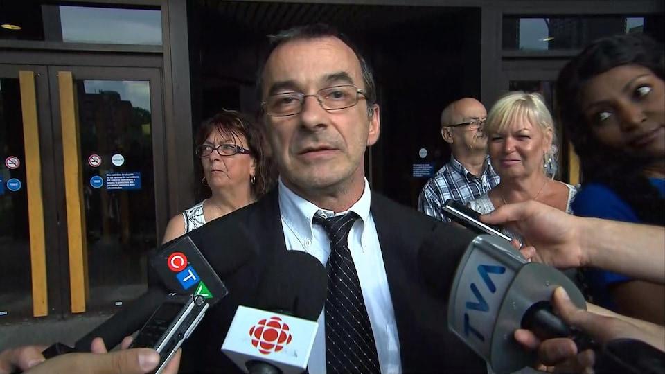 Michel Cadotte répond aux questions des journalistes à sa sortie du palais de justice le 7 juillet 2017.