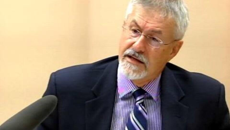 Le commissaire aux langues officielles par intérim, Michel Carrier.