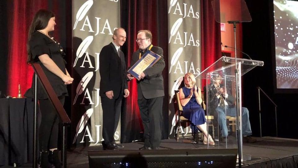 Michel Doucet monte sur scène pour être honoré au Atlantic Journalism Awards le 11 mai 2019 à Halifax