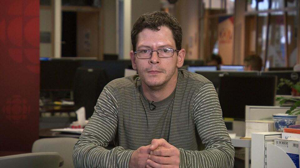 Michel Dubé en entrevue dans les bureaux de Radio-Canada.