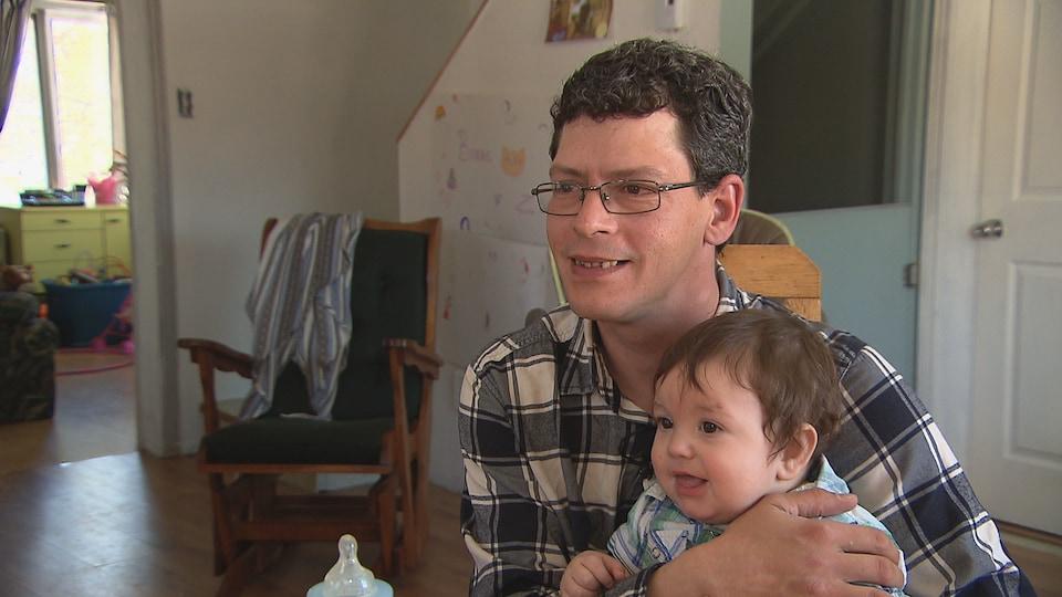 Michel Dubé et son fils de 9 mois