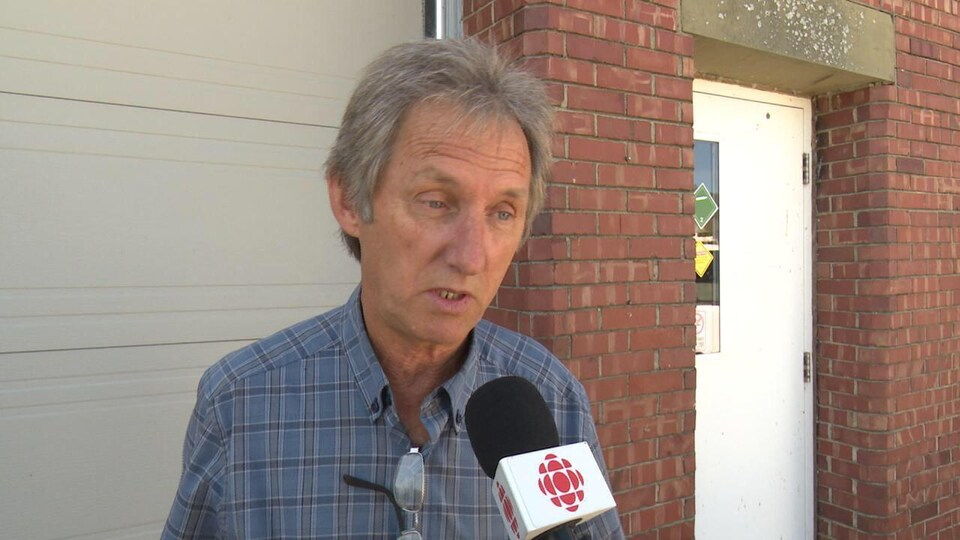 Michel LeBlond en entrevue avec un journaliste.