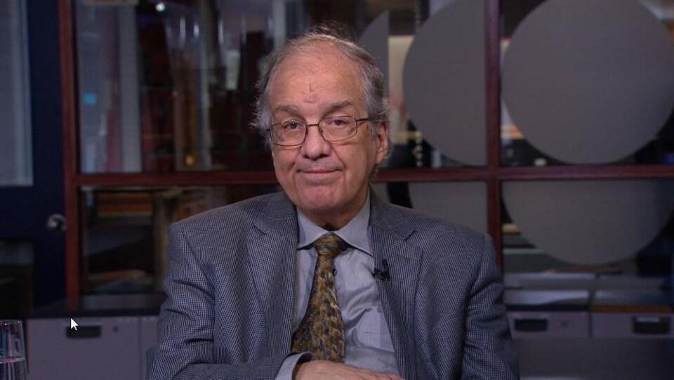 Michel Lizée regarde la caméra durant une entrevue dans un studio de Radio-Canada.