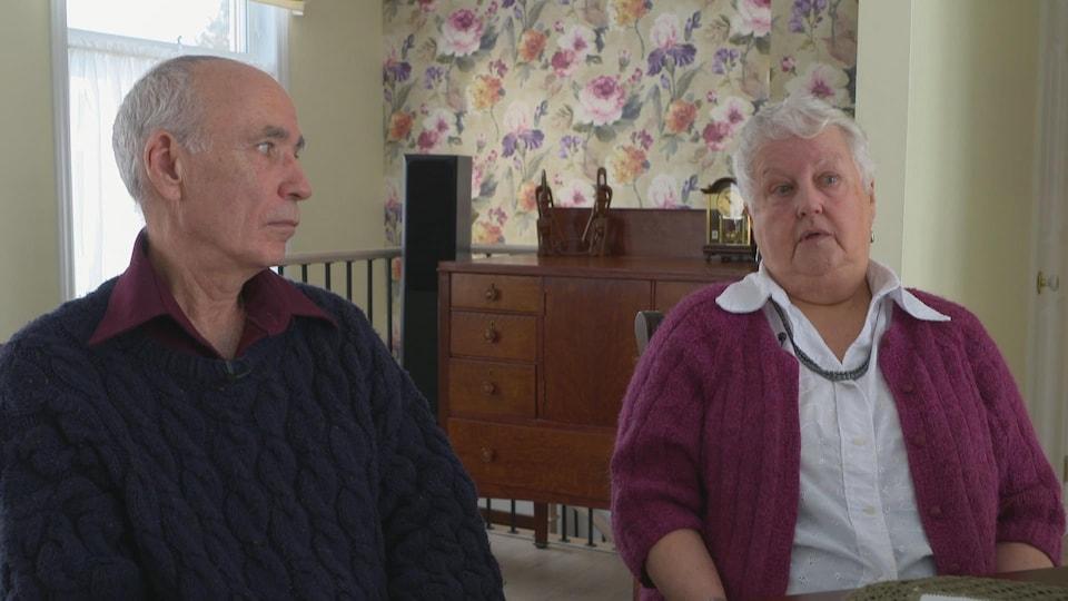 Une femme et un homme assis côte à côte.
