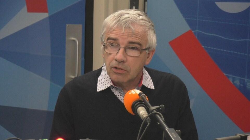 Michel Potvin derrière un micro