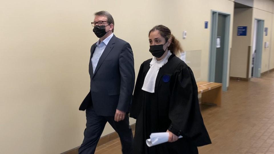 Michel Venne et son avocate dans les couloirs du palais de justice de Québec.