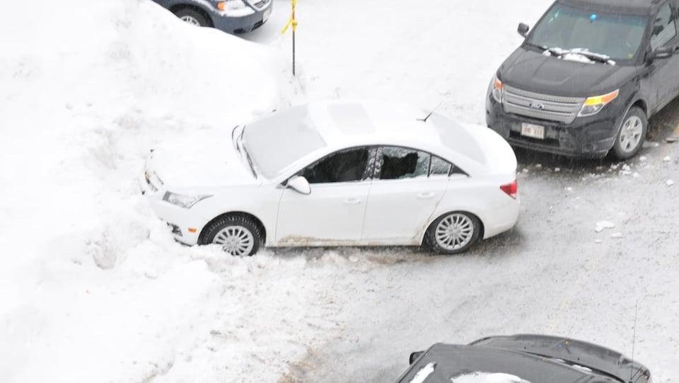 Photo de la voiture des policiers et de la voiture de Michel Vienneau, prise de haut.