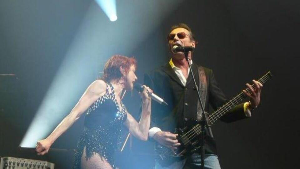 Les deux musiciens chantent sur scène.