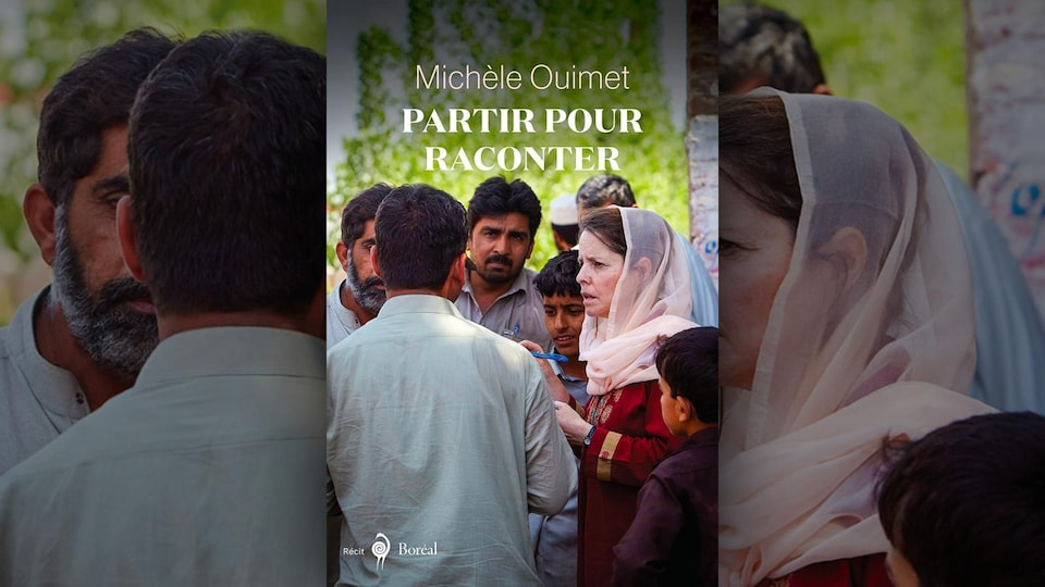 Photo de la journaliste Michèle Ouimet, attentive, portant un voile, un stylo à la main, entourée d'hommes et d'un garçon.