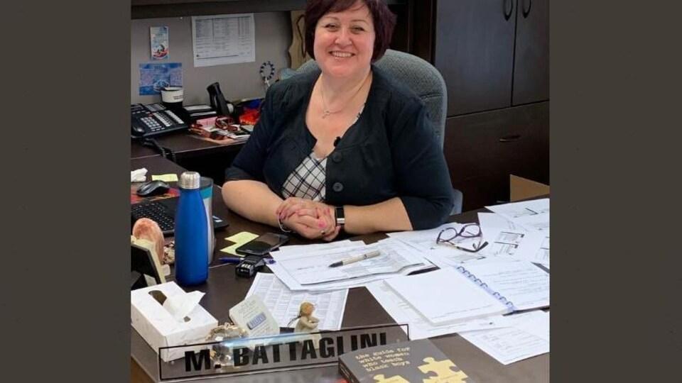 Une femme sur son bureau.