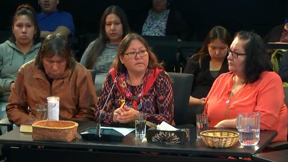 Une femme autochtone témoigne lors d'une commission d'enquête.
