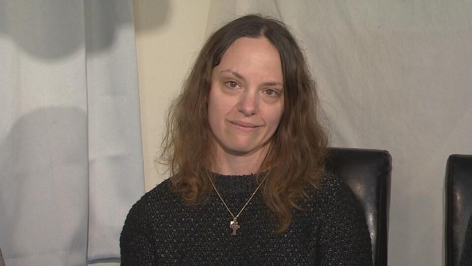 Michelle Baer répond aux questions des journalistes.