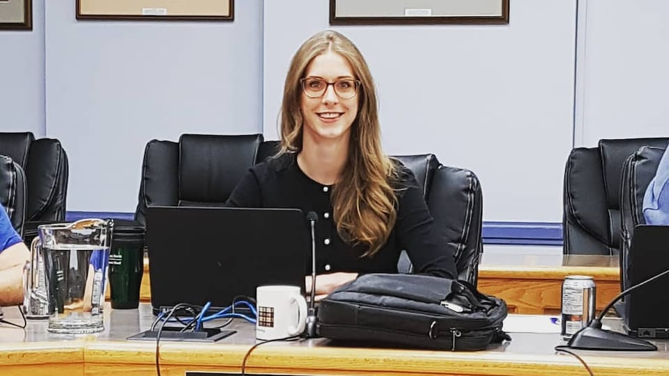 Michelle Boileau assise à un bureau.
