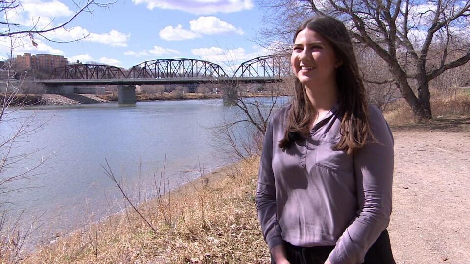 Michelle Day est devant la rivière Saskatchewan Sud.