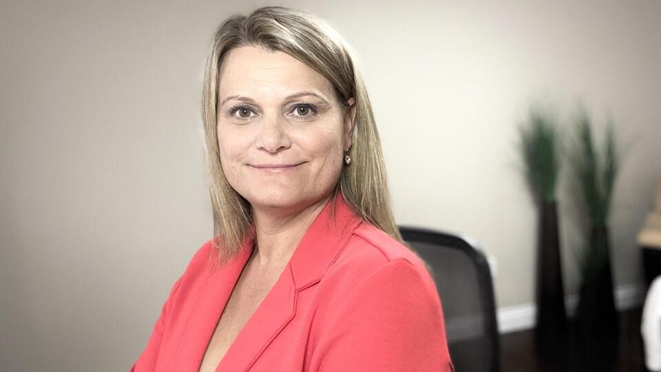 Michelle Hoad pose dans son bureau.